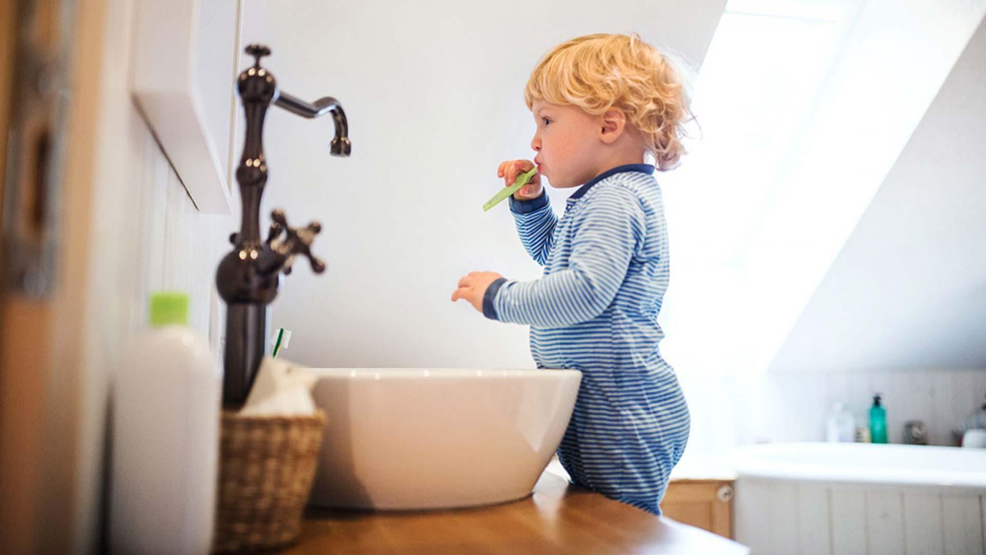 Bambino si lava i denti