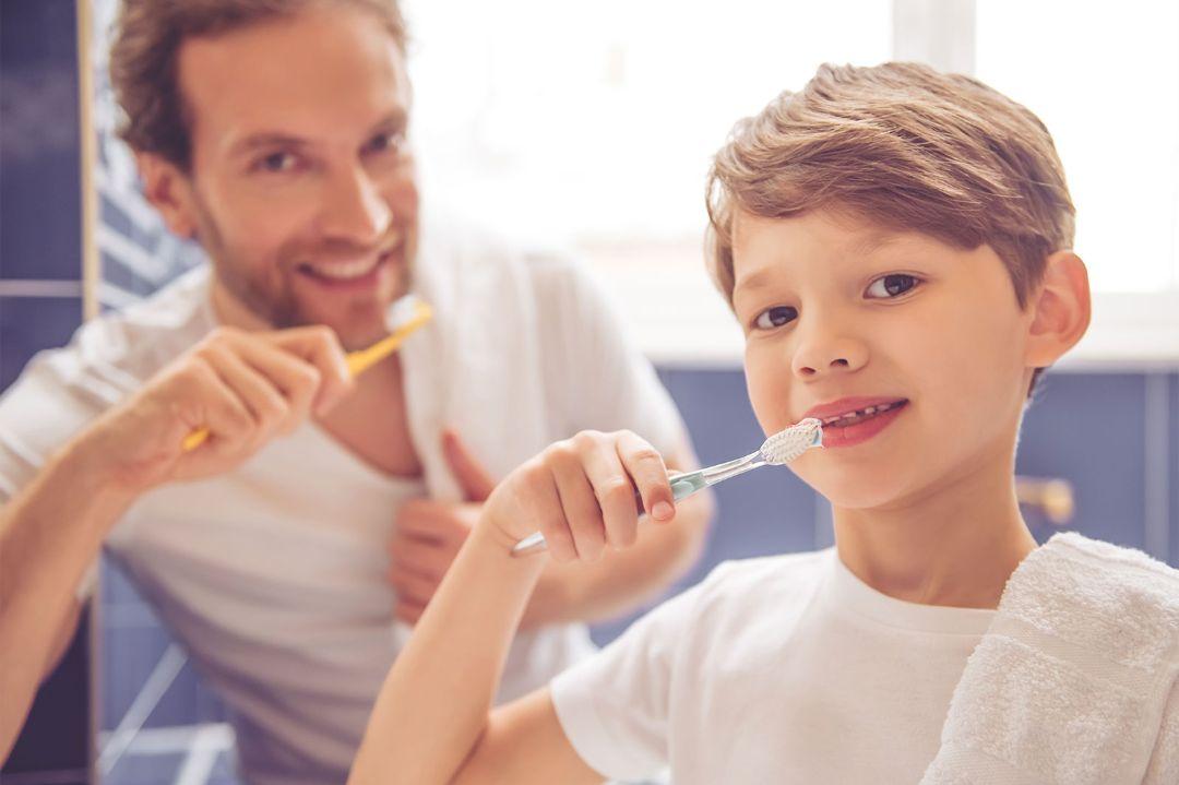 Padre e figlio si lavano i denti