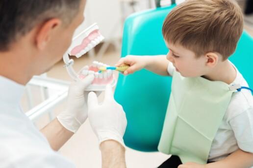 Bambino dal dentista per la prima visita