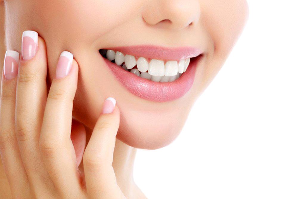 sorriso con denti bianchi