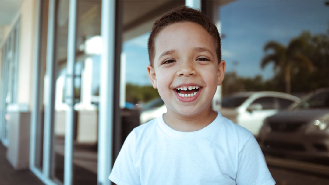 Bambino sorridente con diastema